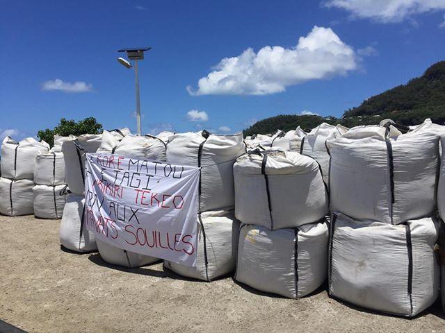 A Rikitea, les graviers livrés de Hao sont maintenus bloqués à quai depuis vendredi dernier.