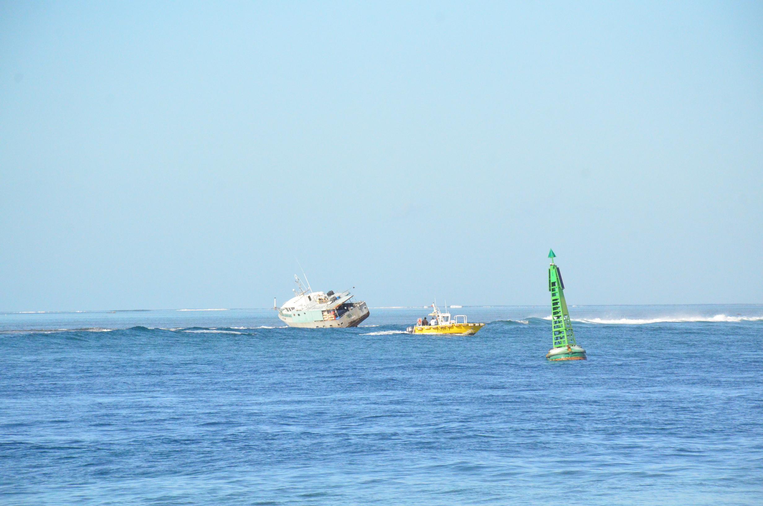 Un thonier échoué sur le récif de Papeete, 5 personnes secourues (Màj)