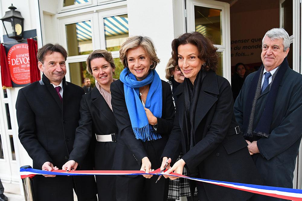 Artistes et amis inaugurent le musée Raymond-Devos, dans les Yvelines