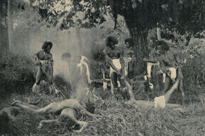 """La plus célèbre photo de cannibales fidjiens préparant leur repas ; ce cliché est daté de 1869. Est-ce un authentique """"banquet"""" ou une mise en scène ? Nous l'ignorons, mais le document est incontournable quand on évoque le passé de Fidji."""