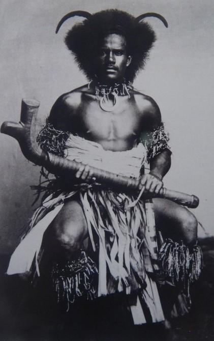 Un magnifique portrait de guerrier fidjien au XIXe siècle. Malheureusement, la pratique du cannibalisme était très ancrée dans les moeurs de l'époque et l'archipel avait la pire des réputations.