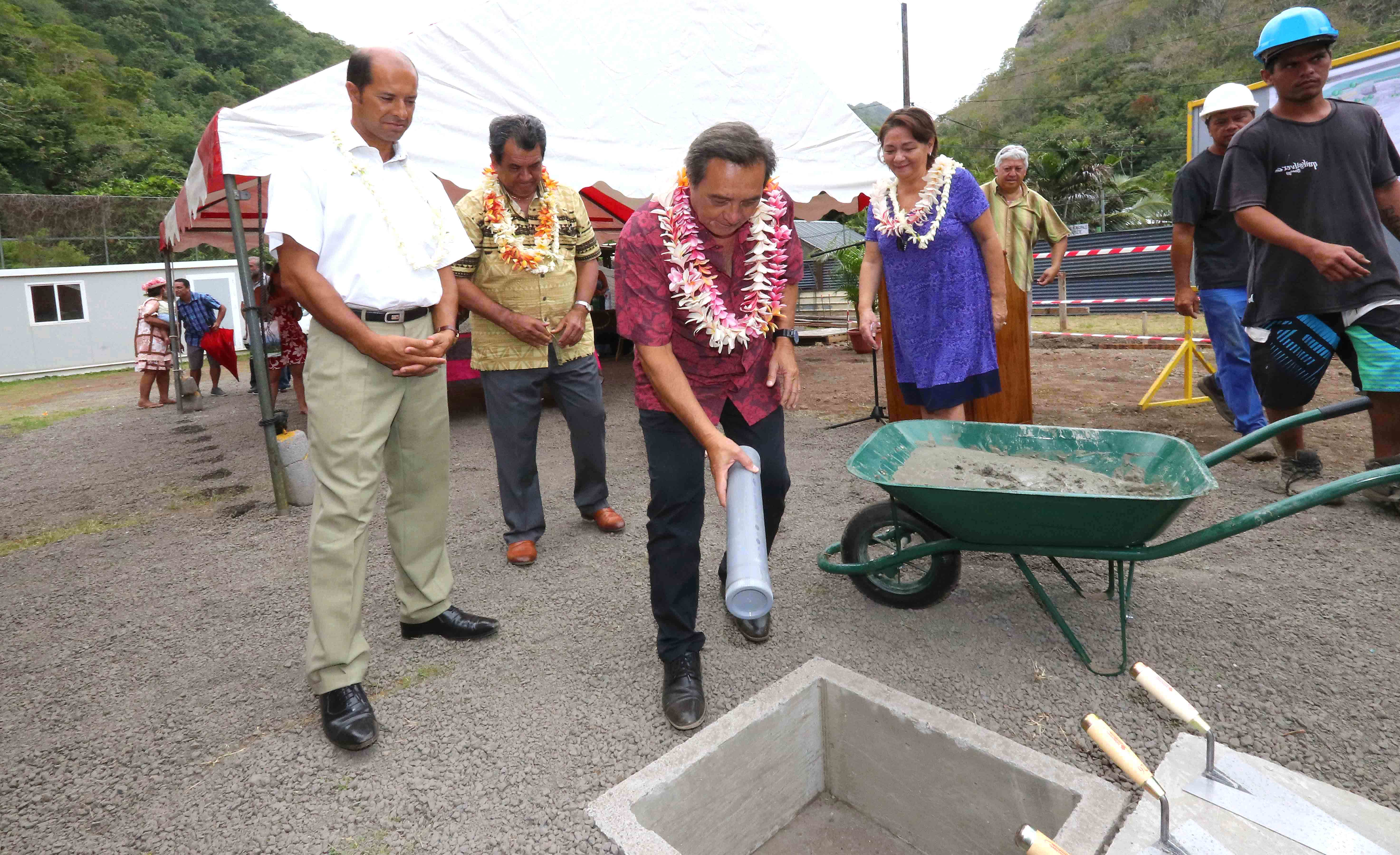 La cérémonie de pose de la première pierre de la salle polyvalente du Bain Loti s'est déroulée en présence du président Edouard Fritch, du maire de Papeete, Michel Buillard, et de l'administrateur des îles de la Société, Raymond Yeddou.