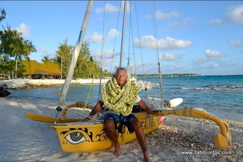 Francis Gazeau lors d'une traversée à pirogue à voile.