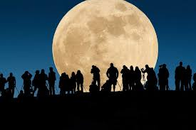 """Cris de joie à l'apparition de la """"super Lune"""" en Asie-Pacifique"""