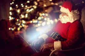 Le Père Noël prêt à ouvrir son courrier sur internet