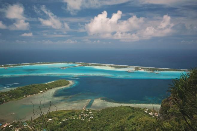 Le lagon de Bora Bora comme on ne le voit que sur les cartes postales de Teva Sylvain. Soit vous faites comme lui, en louant un hélicoptère, soit vous faites comme nous, à la force du jarret…