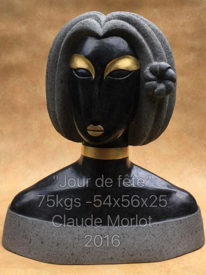 """Cette sculpture en basalte et feuilles d'or, """"Jour de fête"""", pèse 75 kilos."""