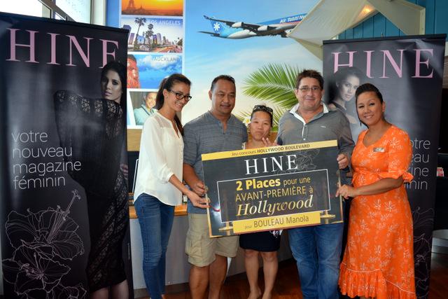 Manola et Charles reçoivent leur prix des mains de Sarah Moux et Alain Barbaroux. Les billets d'avions sont offerts par Air Tahiti Nui