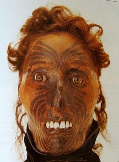 """Un exemple de ce que """"l'art"""" de momifier des têtes humaines en Nouvelle-Zélande pouvait produire ; à ce """"moko"""", des yeux de verre ont été ajoutés, pour faire """"plus vrai""""…"""