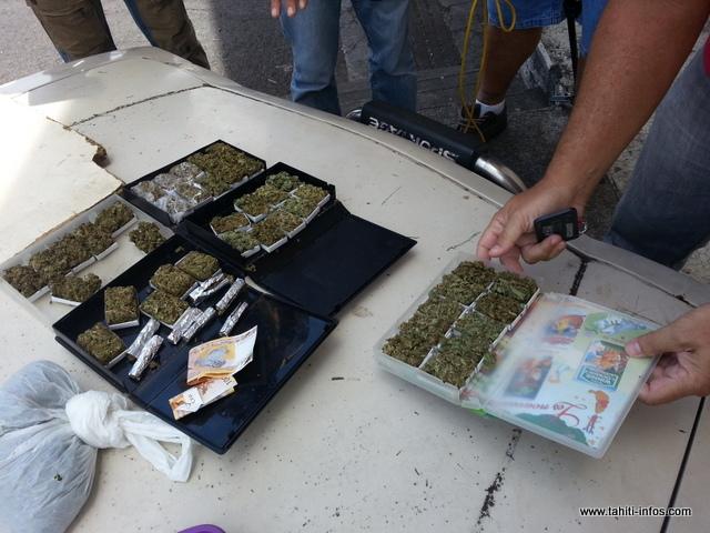 La valeur de toute cette marchandise conditionnée pour la revente est estimée autour de 250 000 francs. Les propriétaires de la drogue n'ont en revanche pas été identifiés.