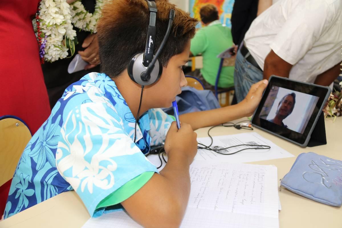 Lors de sa visite en Polynésie, la ministre de l'Éducation Najat Vallaud-Belkacem a découvert à Huahine l'école numérique la plus avancée de Polynésie. Les projets testés là-bas vont rapidement se généraliser.