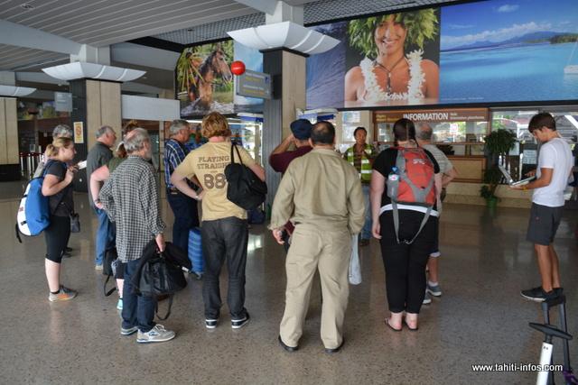 Après avoir placé les familles, il restait encore une trentaine de passagers à loger. Le directeur des escales internationales à Air Tahiti et les agents de l'aéroport de Tahiti ont unis leurs efforts pour accompagner au mieux les derniers passagers.