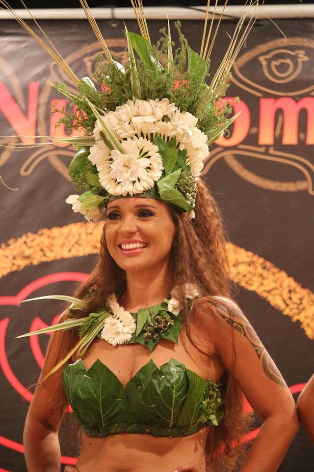 Manihiki Poroi gagne le prix du meilleur costume vahine et le titre de Hiva Hine.