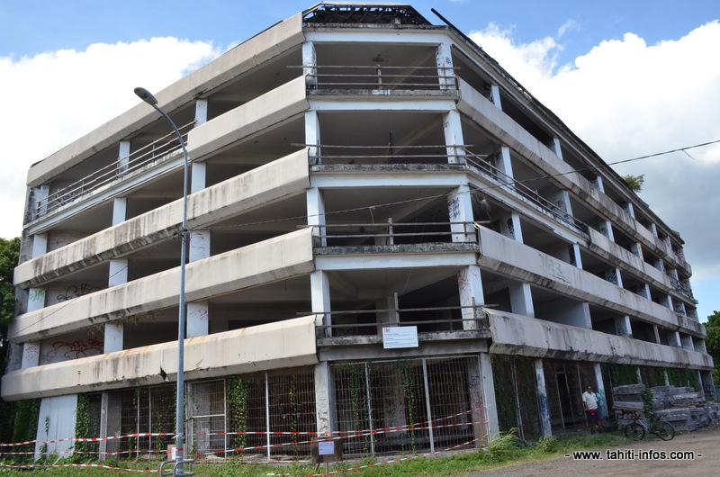 L'immeuble Van Bastolaer, en face du Centre des métiers d'art à Papeete, est dans cet état depuis de nombreuses années. Il est désormais gardé jour et nuit.