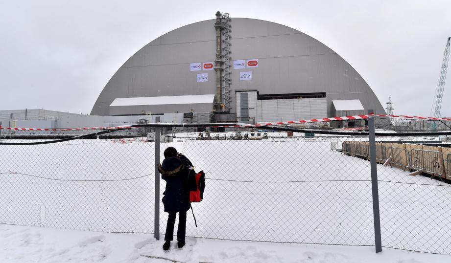 Le réacteur accidenté de Tchernobyl désormais sous un dôme de confinement