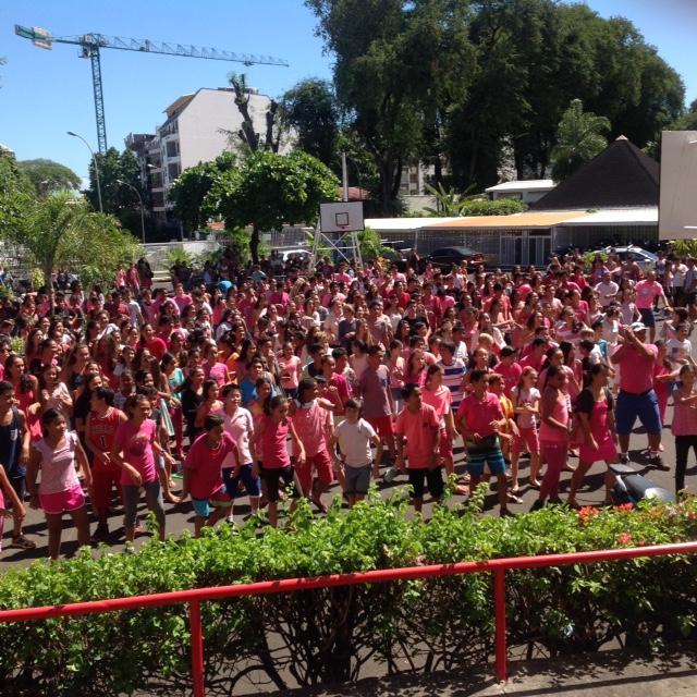 Flash mob à la Mennais dans le cadre d'Octobre rose 2016.