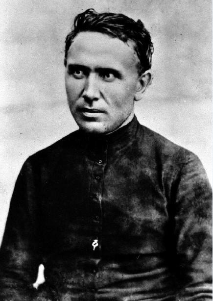Le père Damien photographié en 1873 ; il a 33 ans et vient de débarquer à Molokai pour se consacrer aux damnés de Hawaii, les lépreux.