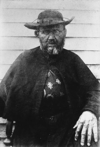 Le père Damien  dans les dernières années de sa vie. Il a alors 45 ans passés et la maladie de Hansen a fait des ravages sur son corps mutilé (Photo : William Brigham).