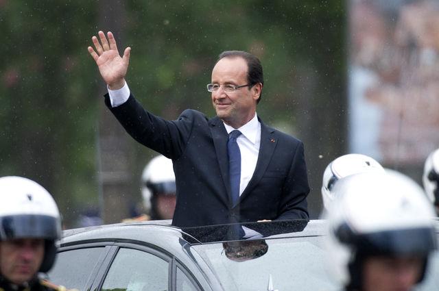 François Hollande sous la pluie lors de son investiture © AFP / FRED DUFOUR