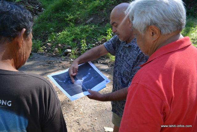Le tāvana délégué de Papenoo, Vetea Avaemai explique la conception du projet à quelques pêcheurs présents, ce mardi matin.