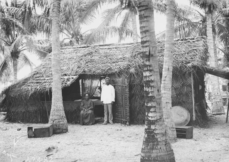 Une homme et une femme devant leur maison à Hikueru en 1900. Photo Charles Haskins.