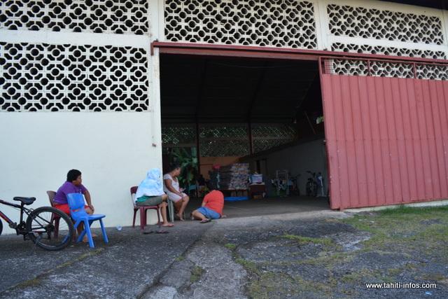 Lanie et sa famille sont les derniers sinistrés à être encore dans la salle paroissiale protestante de Huuau. Désespérés, ils ne savent plus quoi faire.