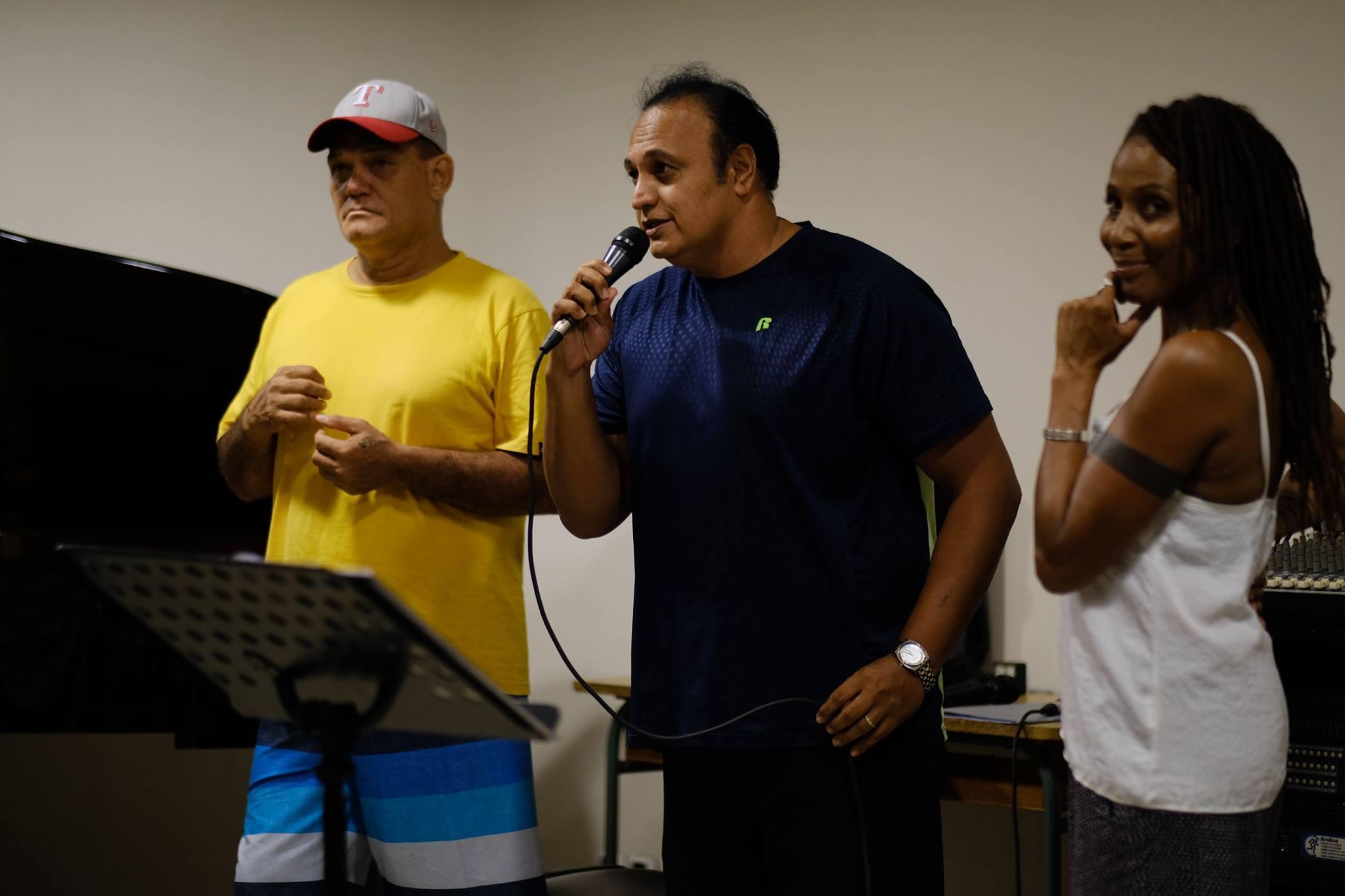 Les répétitions des artistes (ici Rocky avec Mimifé et Andy Tupaia) ont commencé au Conservatoire pour préparer le grand concert hommage prévu en mai 2017.