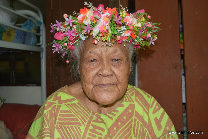"""Mama Ah-Sin détient un trésor entre ses mains. Aujourd'hui, elle enseigne le """"reo tūtae 'āuri"""" à celles et ceux qui le souhaitent."""