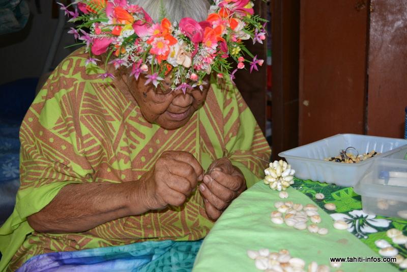 À 88 ans, mama Ah-Sin confectionne encore des colliers de coquillages.