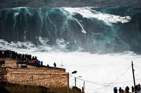 Portugal: les surfeurs de la WSL à l'assaut des vagues géantes de Nazaré