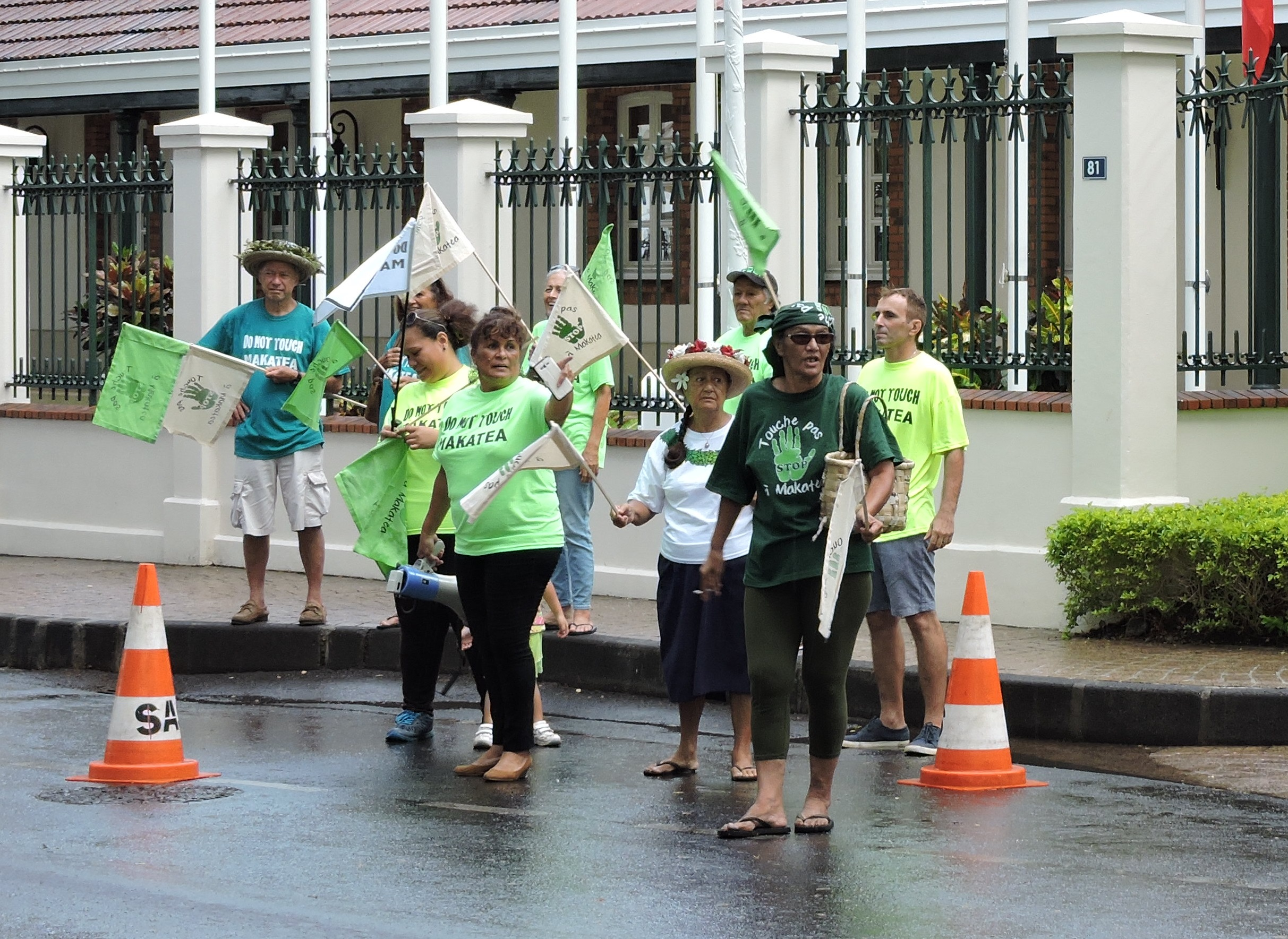 Ariitai'a Tiai ( le plus à droite sur la photo) le 30 novembre, associé aux opposants du projet minier de Makatea, trois semaines après le début de sa grève de la faim.