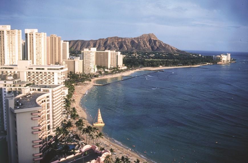 La plage de Waikiki à 18 heures, depuis le Sheraton, avec Diamond Head Crater à l'arrière-plan.