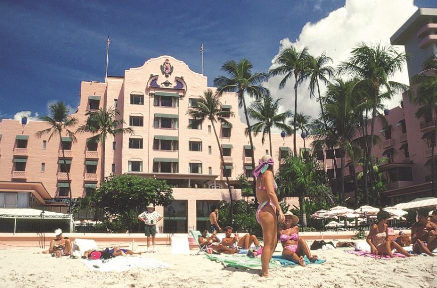 Le Pink Palace, véritable monument historique de Waikiki. Indémodable avec son style d'hacienda mexicaine, il a ouvert ses portes le 1er février 1927.