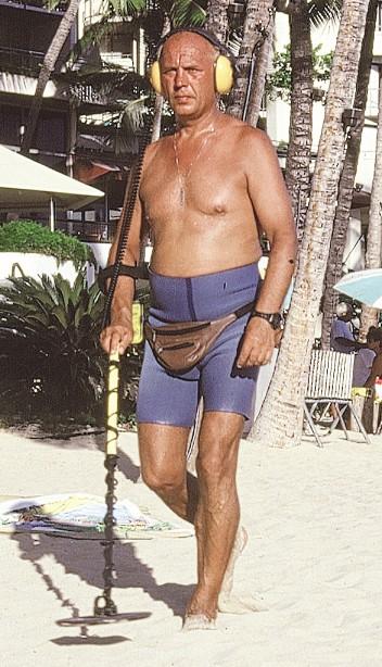Rituel de la poêle à frire sur Waikiki ; si vous égarez vos bijoux dans le sable, ils ne seront pas perdus pour tout le monde !