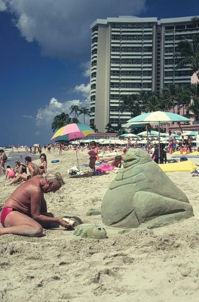 Au pied du Sheraton, Monsieur se fait remarquer des dames en faisant des grenouilles en sable. En attrape-t-il beaucoup ?