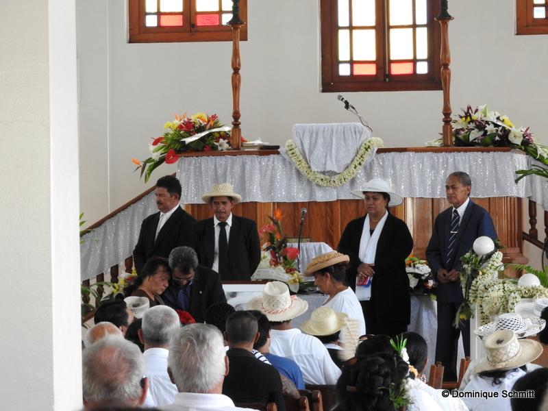 De nombreux proches étaient présents, ainsi que certaines personnalités, dont Édouard Fritch, le président de la Polynésie française.