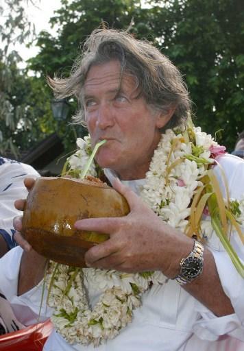 Olivier de Kersauson, lors de son arrivée, le 8 août 2005; dans le port de Papeete, au terme d'une course contre la montre de 3.310 nautiques (6.100 km), baptisée Tahiti Nui Challenge, depuis le port de Sydney en Australie à bord de Géronimo, son trimaran géant.
