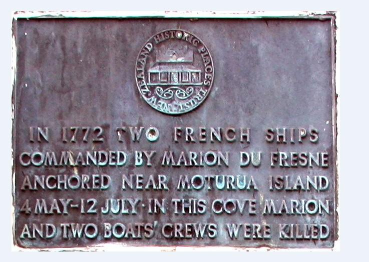 Sur la plaque commémorative, en Nouvelle-Zélande, le nom du Français est orthographié à l'ancienne, Marion du Fresne.