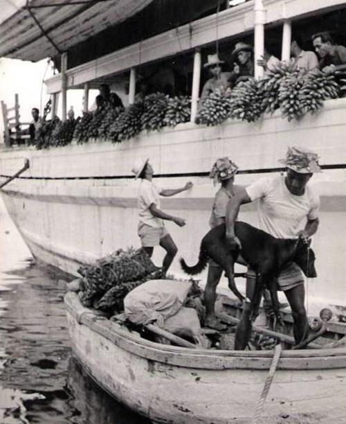 Chargement de marchandise sur une goélette en départ pour les iles