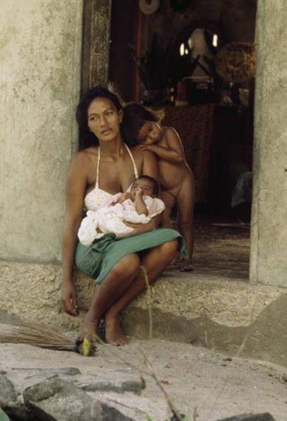 Mère et son enfant, Maupiti, photo George F. Mobley, 1979