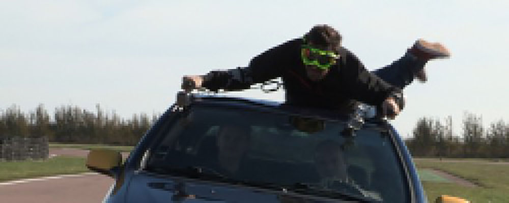 On lui vole sa voiture, il s'accroche au toit sur plus de 5 km