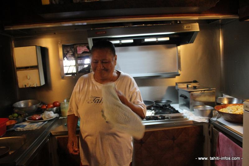 Mamie Tehinatauhiti, patronne de la roulotte Tiki Peue.