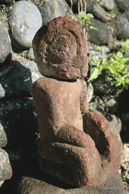 Un tiki marquisien caractéristique du XIXe siècle, originaire, nous a-t-on dit, de la vallée de Taipivai, et qui ressemble beaucoup au tiki de Rapa Nui (à noter la particularité de cette statue : elle a été réalisée en deux pièces, la tête étant séparée du corps ; hauteur : 44 cm).