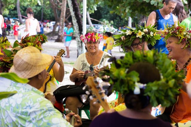 Un orchestre local égayera la journée sur la plage de Temae.