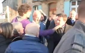 Un jeune homme gifle Manuel Valls à Lamballe