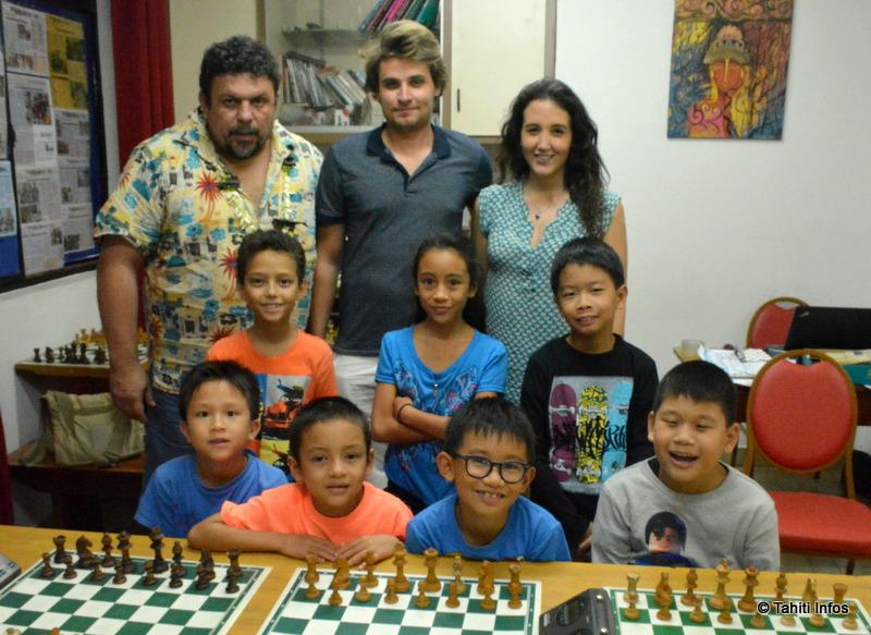 Les maîtres d'échecs Camille de Seroux et Adrien Demuth, entourés des 7 enfants qui participeront aux championnats de France en avril prochain.