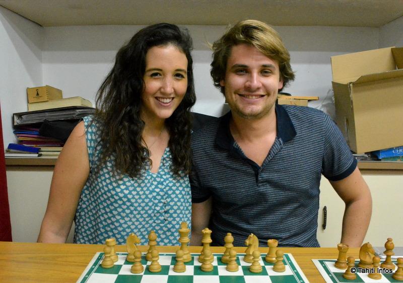 Deux maîtres d'échecs à la rencontre des jeunes joueurs