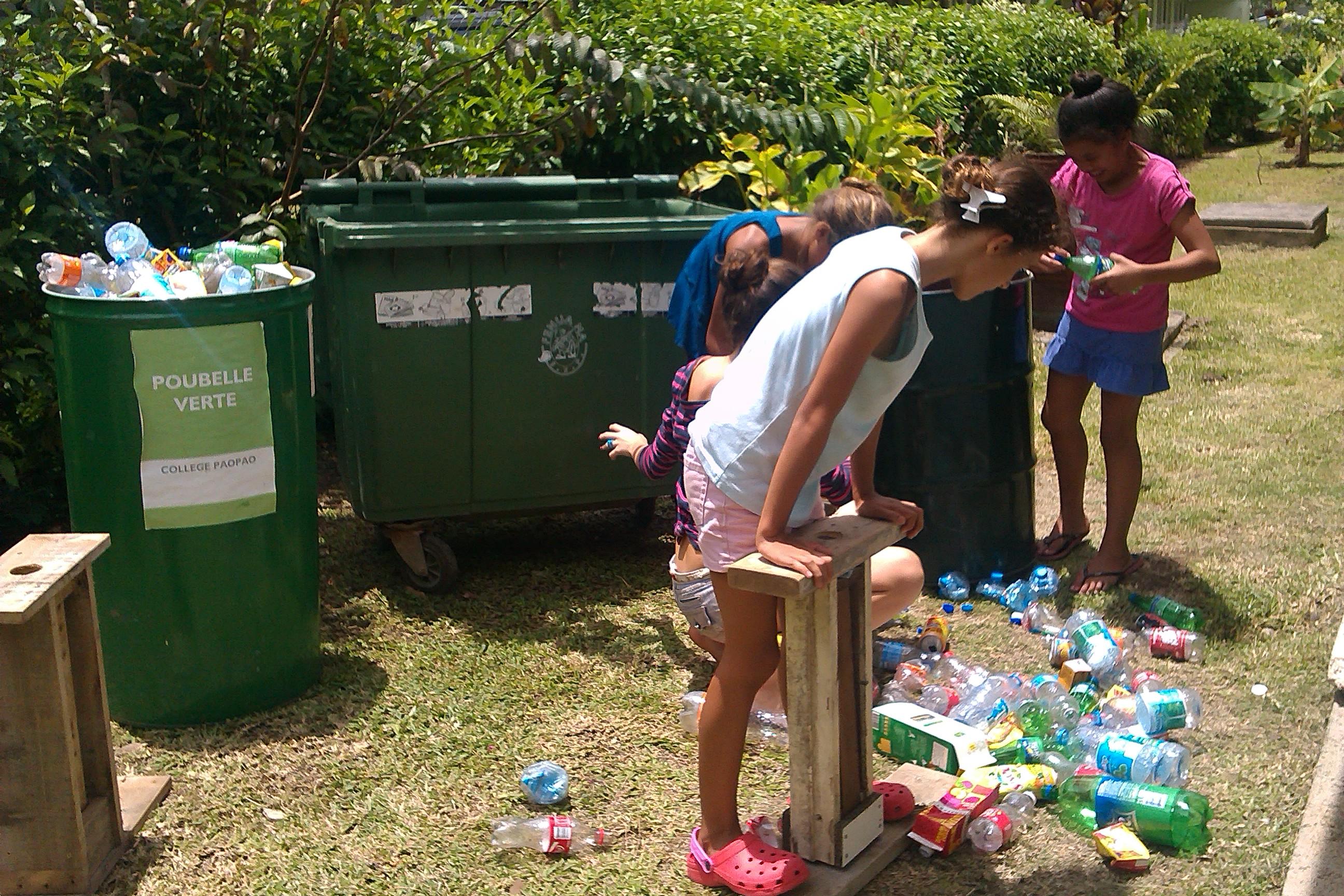 """Le compactage des bouteilles avec les """"compactors"""" fabriqués par le collège à partir de matériaux recyclés"""