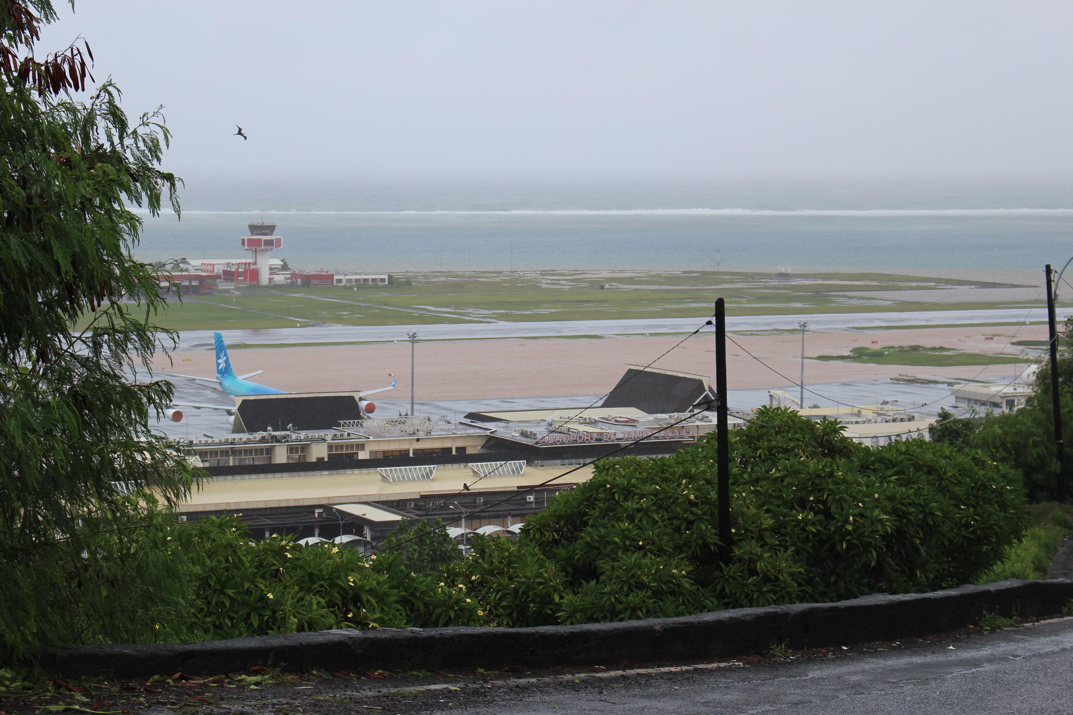 Du côté de l'aéroport de Faa'a, quelques zones ont été inondées. Épargnée pour le moment, la piste reste ouverte. Aucune modification non plus sur les vols réguliers et internationaux.