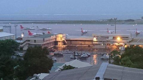 L'aéroport de Tahiti Faa'a sous les eaux, un vol Air France doit atterrir à Rarotonga